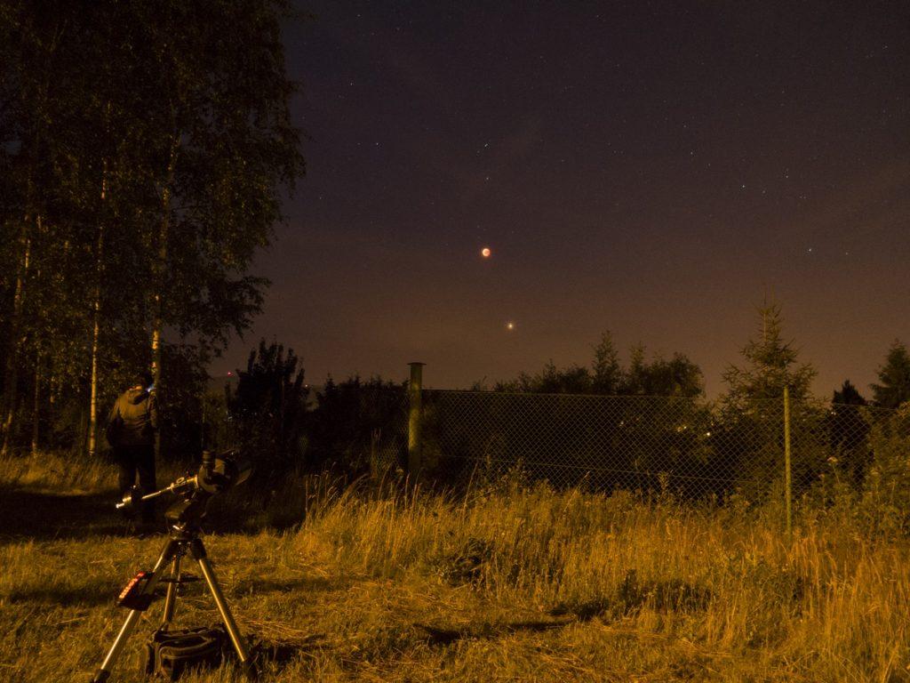 Zatmělý Měsíc a Mars jako jasná hvězda pod ním