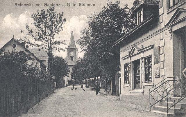 Pohled na staré Rýnovice. V ulici u kostela stojí naše škola
