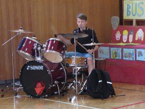 Ondra Hvězda předvedl hru na bicí