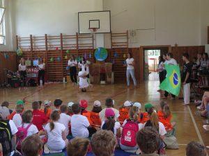Osmička nás vzala do Brazílie. Pepa Moťovský předvedl náročnou capoeiru.
