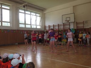 Tanec zumba v podání dívek z páté třídy